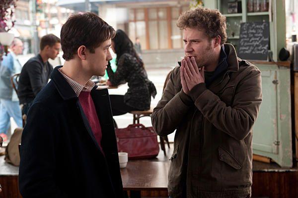 l'homme parle à son ami