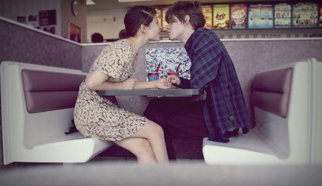 casal em um café