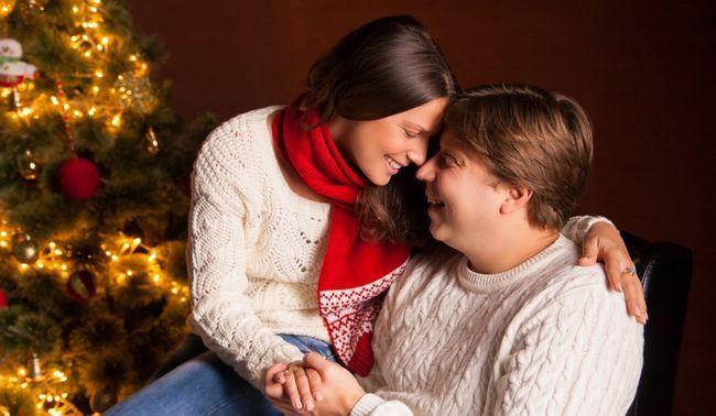 casal na frente de uma árvore de Natal
