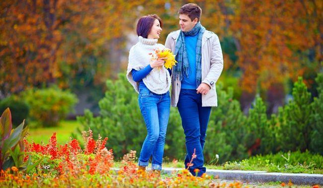 casal em uma caminhada