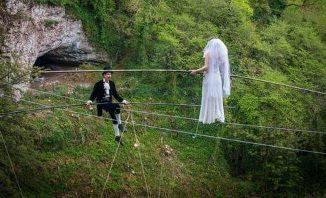 High Wire casamento casal se casou pendurada a 25 metros acima do chão!