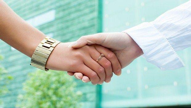 Como parar de tremores nas mãos naturalmente - 8 dicas úteis