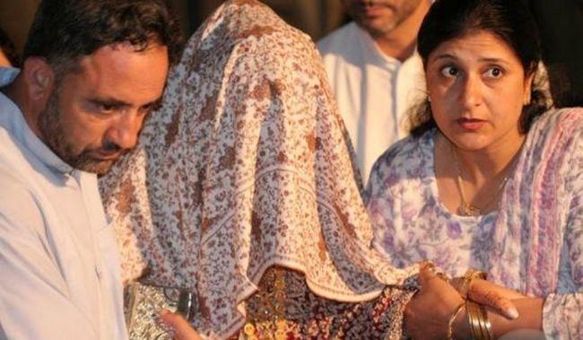 a noiva sendo escoltado ao seu lar conjugal