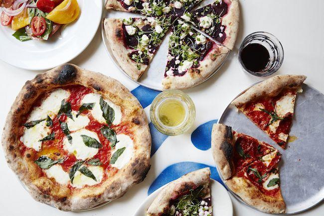 Pizza repletas de legumes e um vibes praia de lado