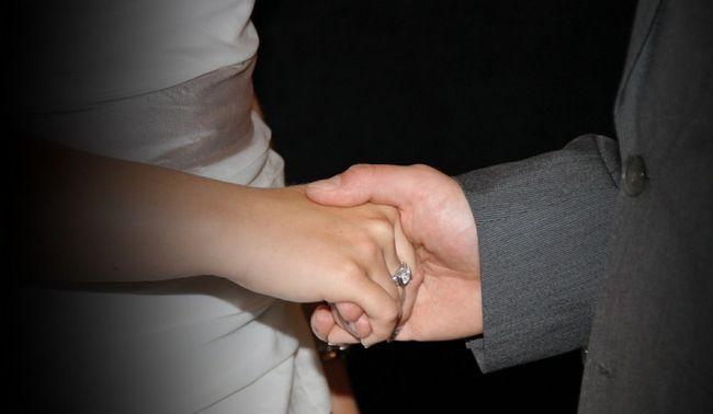 casal segurando as mãos (2)