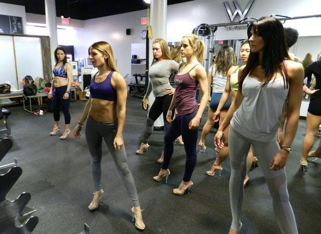 Quando seu objetivo de fitness envolve um biquíni suportando no palco